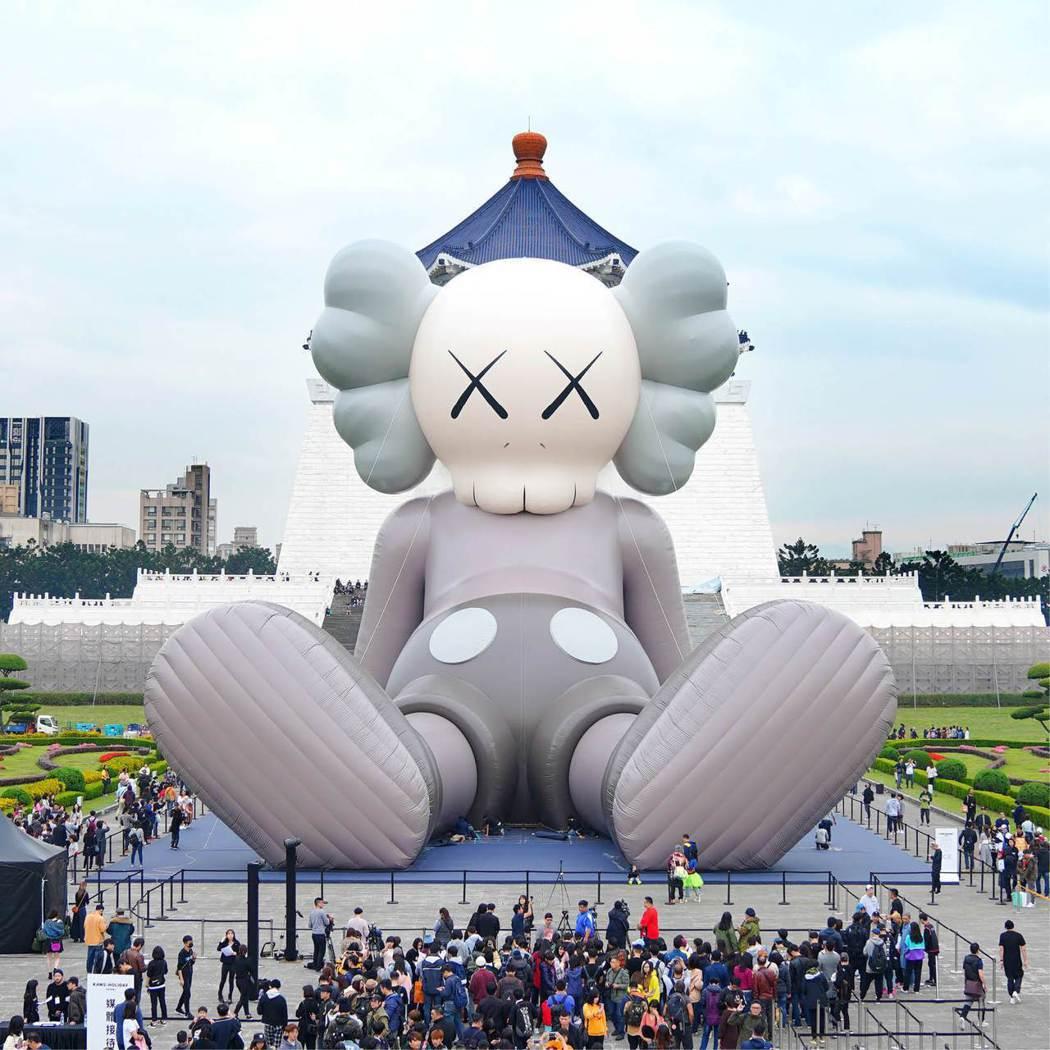 KAWS今年1月在中正紀念堂的《KAWS:HOLIDAY》巨型藝術裝置,造成話題...