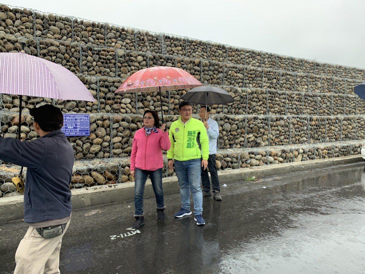 大安溪內灣堤段近期將整修,台中市議員施志昌今天前往會勘。圖/施志昌服務處提供