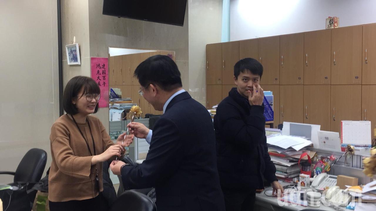 交通部長林佳龍親自發送巧克力花束祝福記者。記者洪安怡/攝影