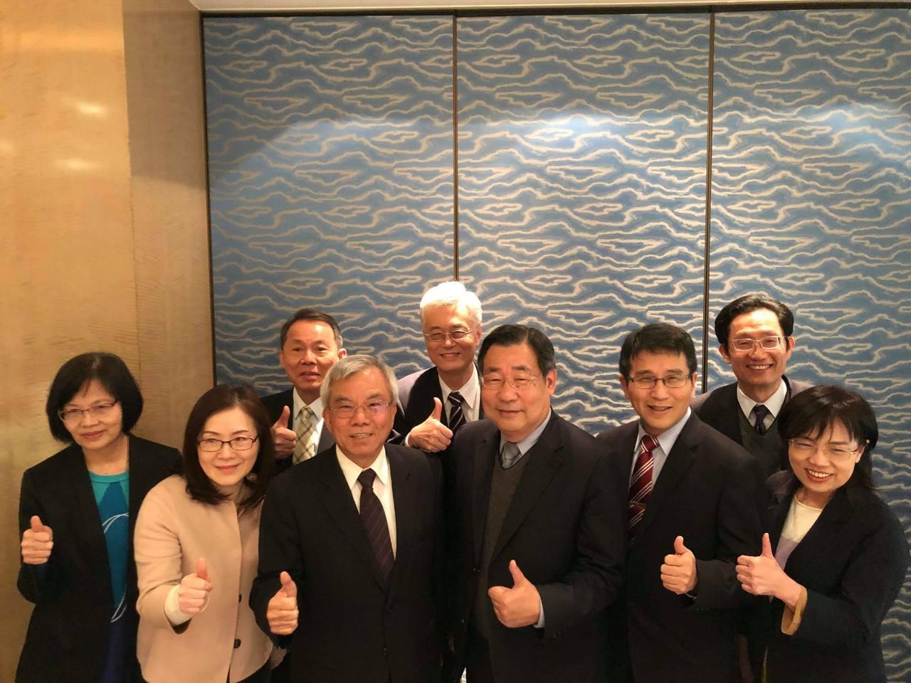 彰銀高層主管合照,董座張明道(左三)、總座張鴻基(右三)。記者林子桓/攝