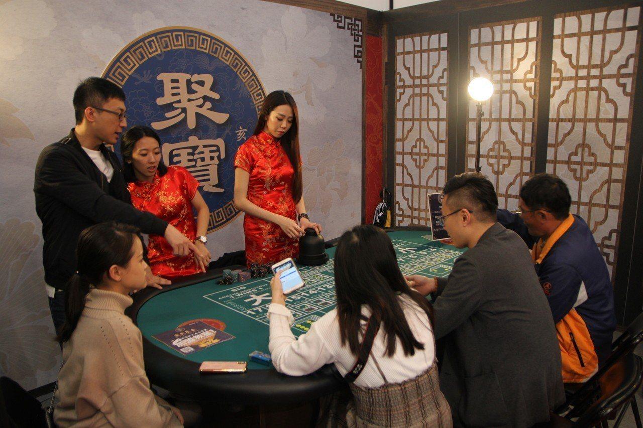 台灣連鎖加盟促進協會上午在台中市舉辦「台灣創業加盟」,遊戲餐廳布置的像賭場般,但...