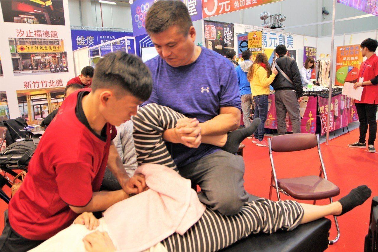 台灣連鎖加盟促進協會上午在台中市舉辦「台灣創業加盟大展」,江夏傳統整復推拿也在展...