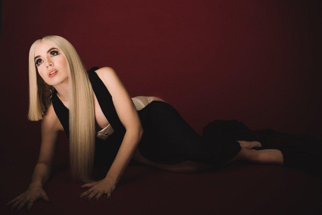 流行歌手艾娃麥絲最近推出冠軍單曲「瘋狂甜心」。圖/華納音樂提供