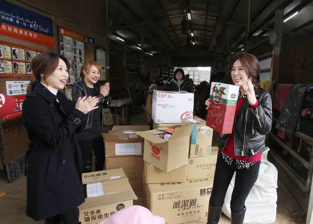 王志郁、高毓璘、張齡予捐助物資。圖/三立提供