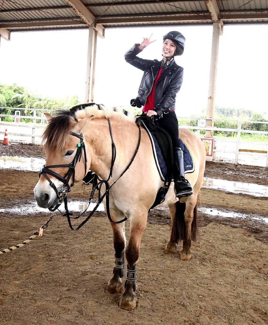 張齡予騎馬故做鎮定。圖/三立提供