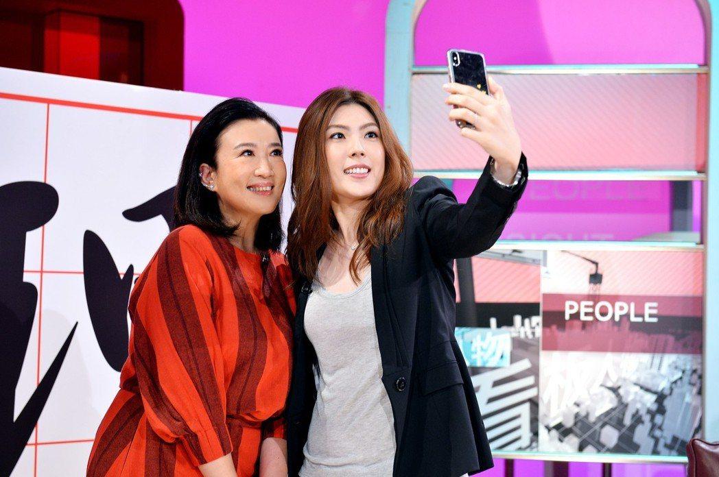 理科太太和方念華開心合照。圖/TVBS提供