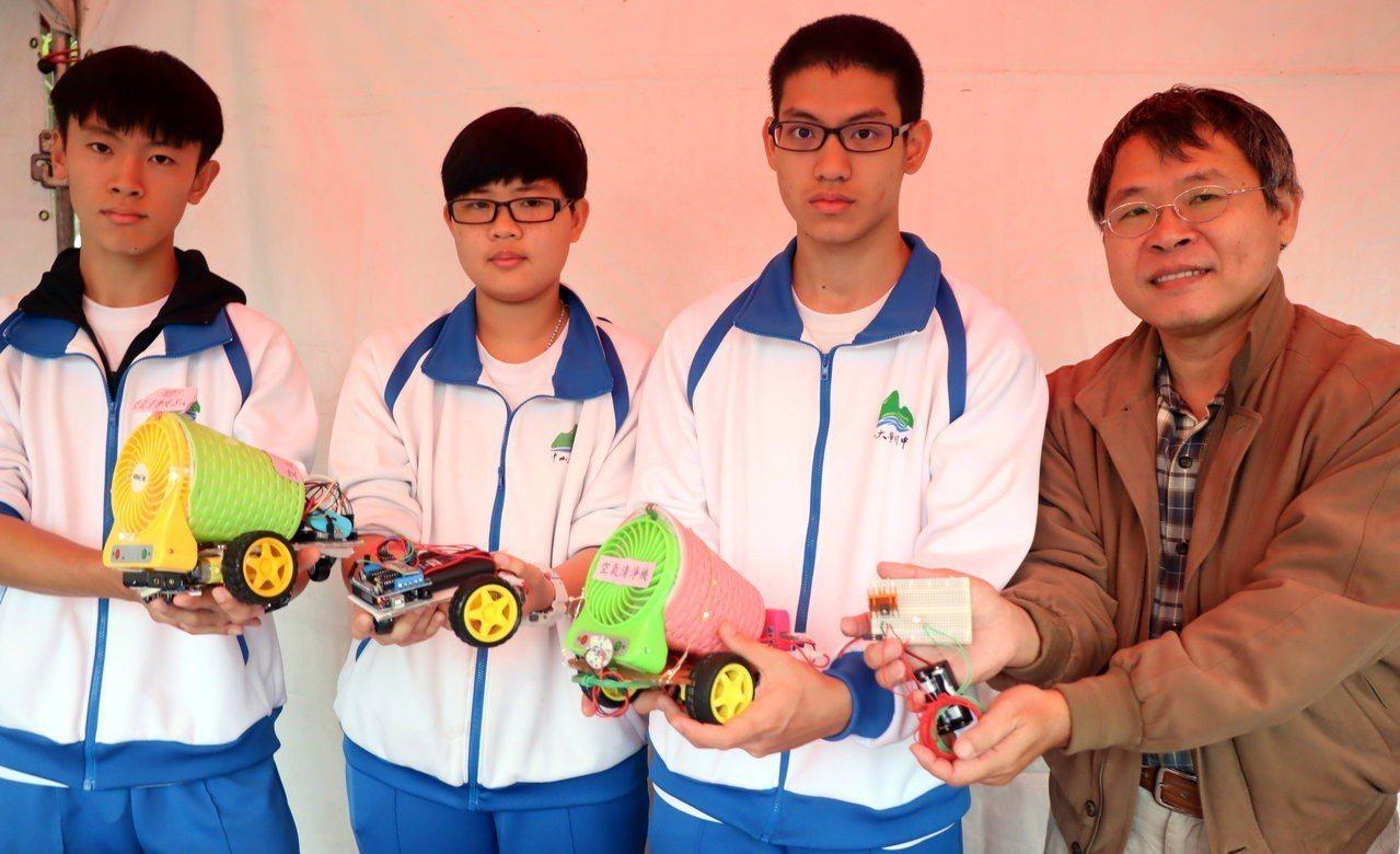 學生研究「綠能智慧電動車」,結合能源動力、機械、電機、電子、資通訊、化工、材料等...
