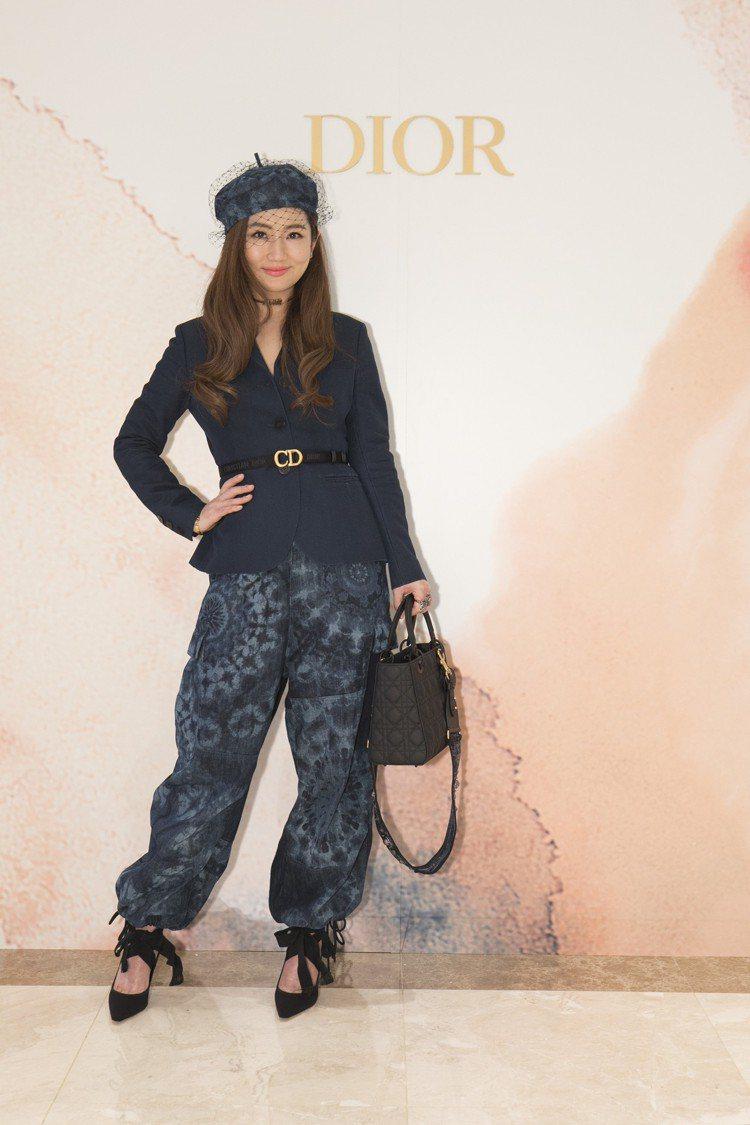 Selina穿藍色鄂圖曼絲質夾克14萬元、萬花筒印花丹寧長褲98,000元,配襯...