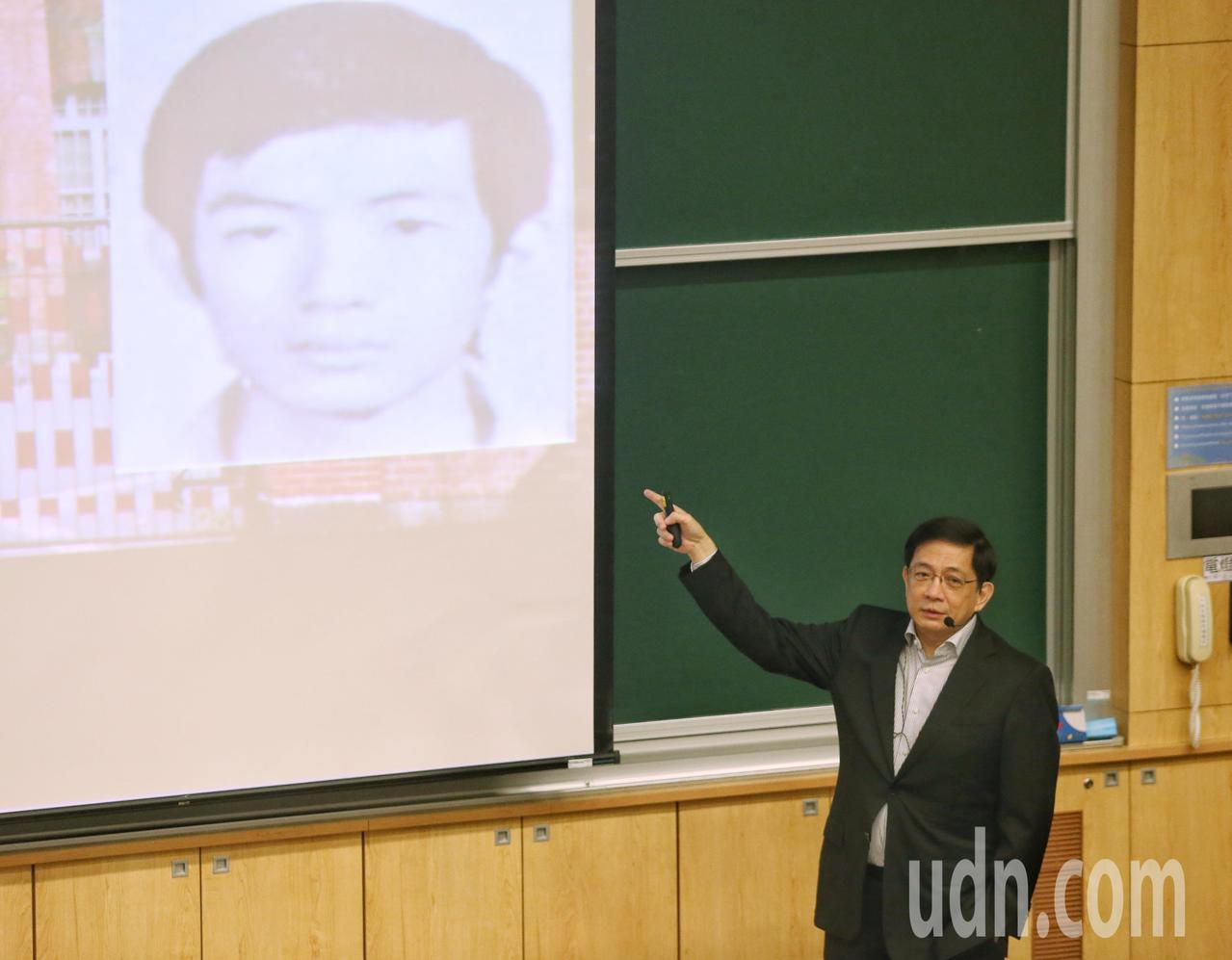 台大校長管中閔秀出高中時期的照片。記者鄭清元/攝影