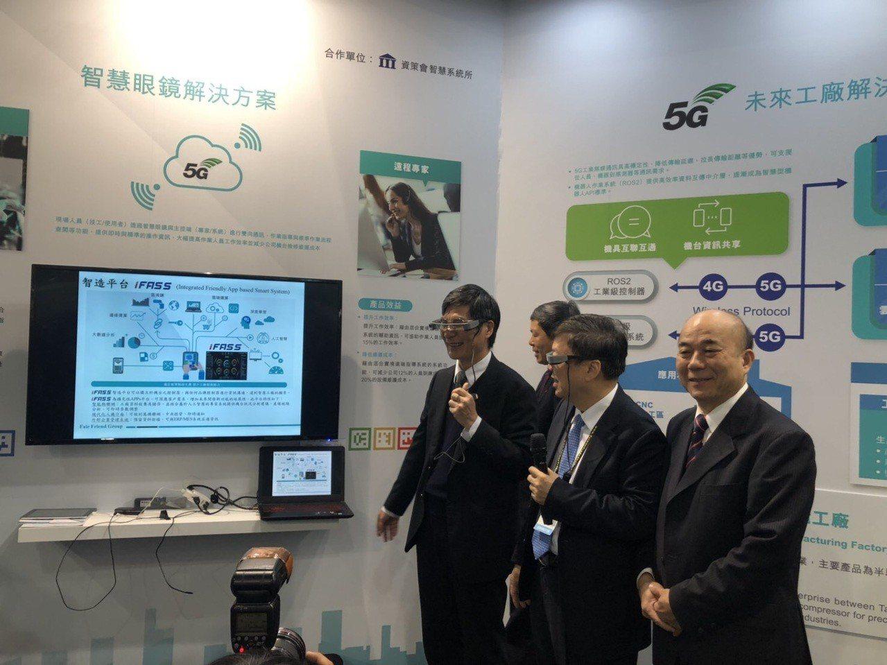 科技部長陳良基(左一)昨日參觀台北國際工具機展,感受台灣科技進步,讚許台灣機械產...