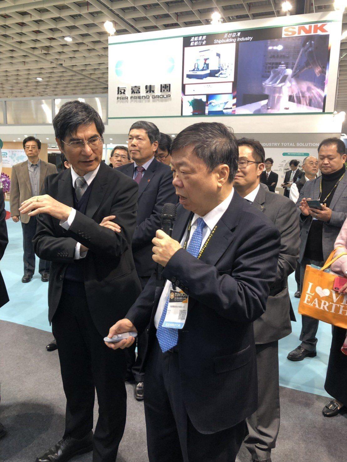 科技部長陳良基(左一)昨日參觀台北國際工具機展,友嘉集團總裁朱志洋(右一)視自陪...