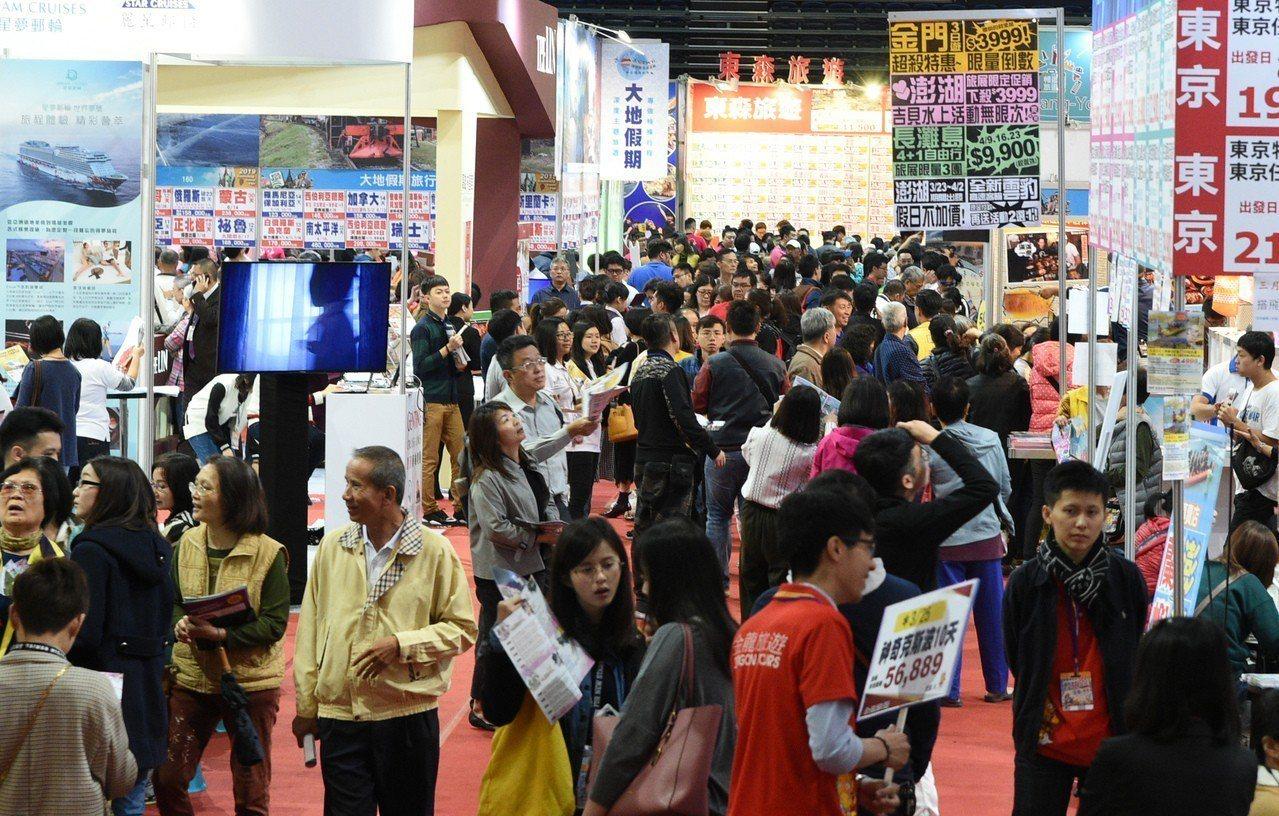 高雄巨蛋國際旅展今天開幕,吸引滿滿人潮。記者劉學聖/攝影