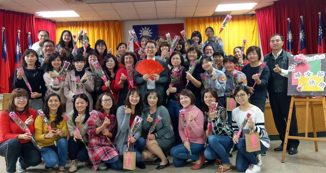 今天是38婦女節,台中市警局烏日分局今天中午舉辦「香水餐敘」,並送上玫瑰花、香水...
