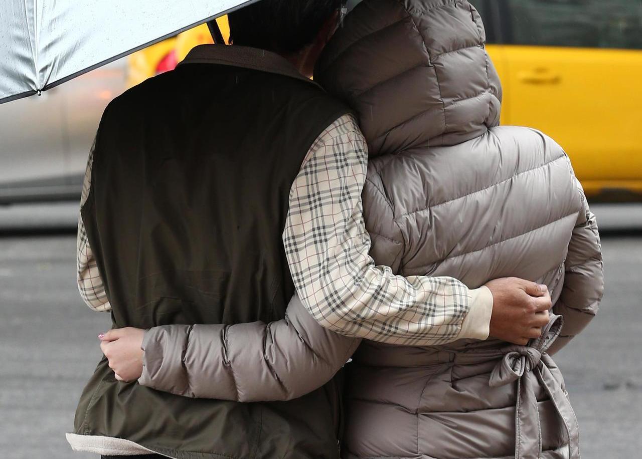 鍾姓老翁贈送26萬美元給劉姓同居人,事後卻反悔,他提告要求返還贈與物,一、二審皆...