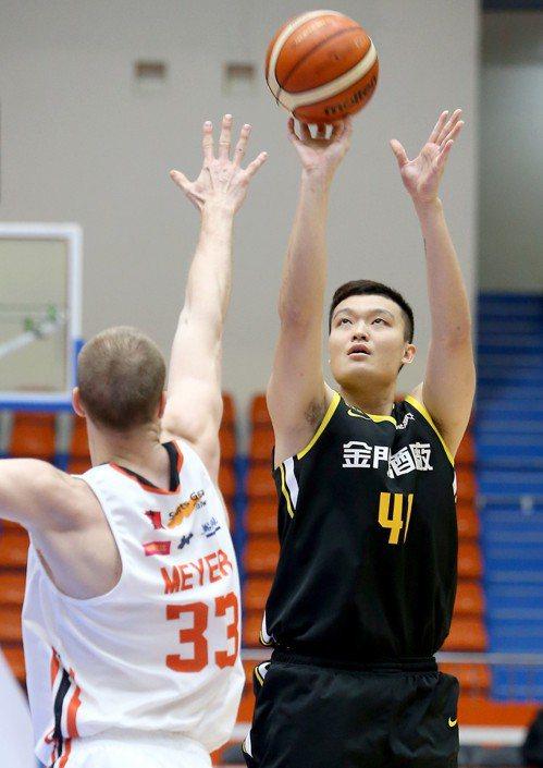 蘇奕晉(右)繳18分、6籃板。記者余承翰/攝影