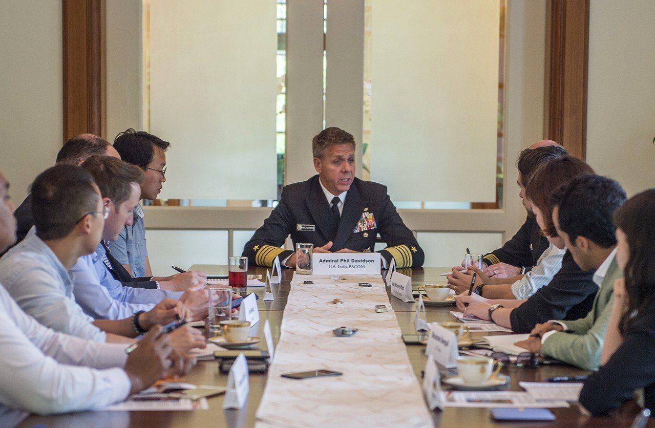 美軍印太司令部指揮官戴維森上將(中)7日在新加坡與媒體會晤。美聯社