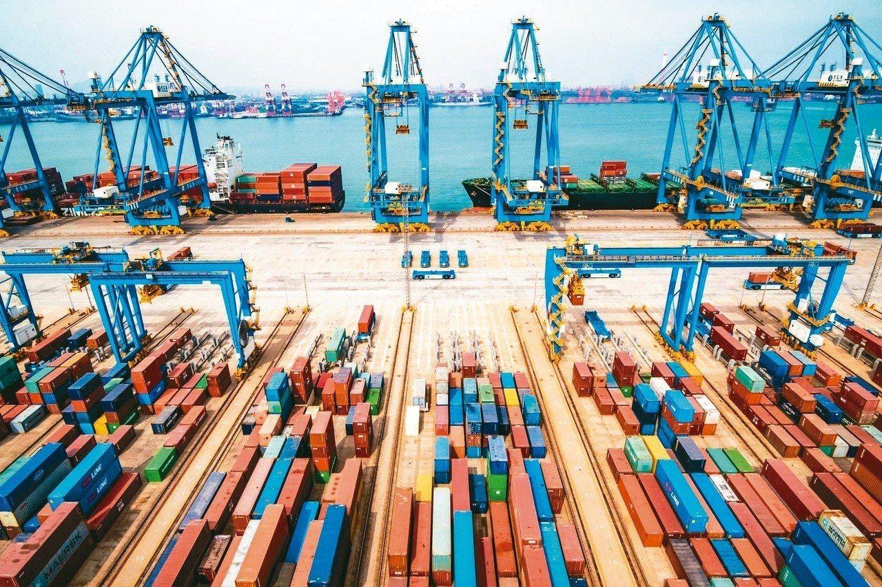 中國大陸進出口衰退高於預期,凸顯美中貿易戰對其經濟造成影響;圖為青島一處貨櫃碼頭...