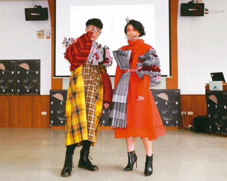 樹科大流設系舉辦畢業成果展,學生走秀展示作品。 記者徐白櫻/攝影