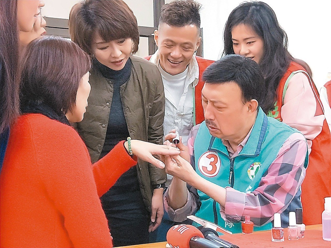 昨天適逢婦女節,余天在活動中下場幫忙塗指甲油。 記者施鴻基╱攝影