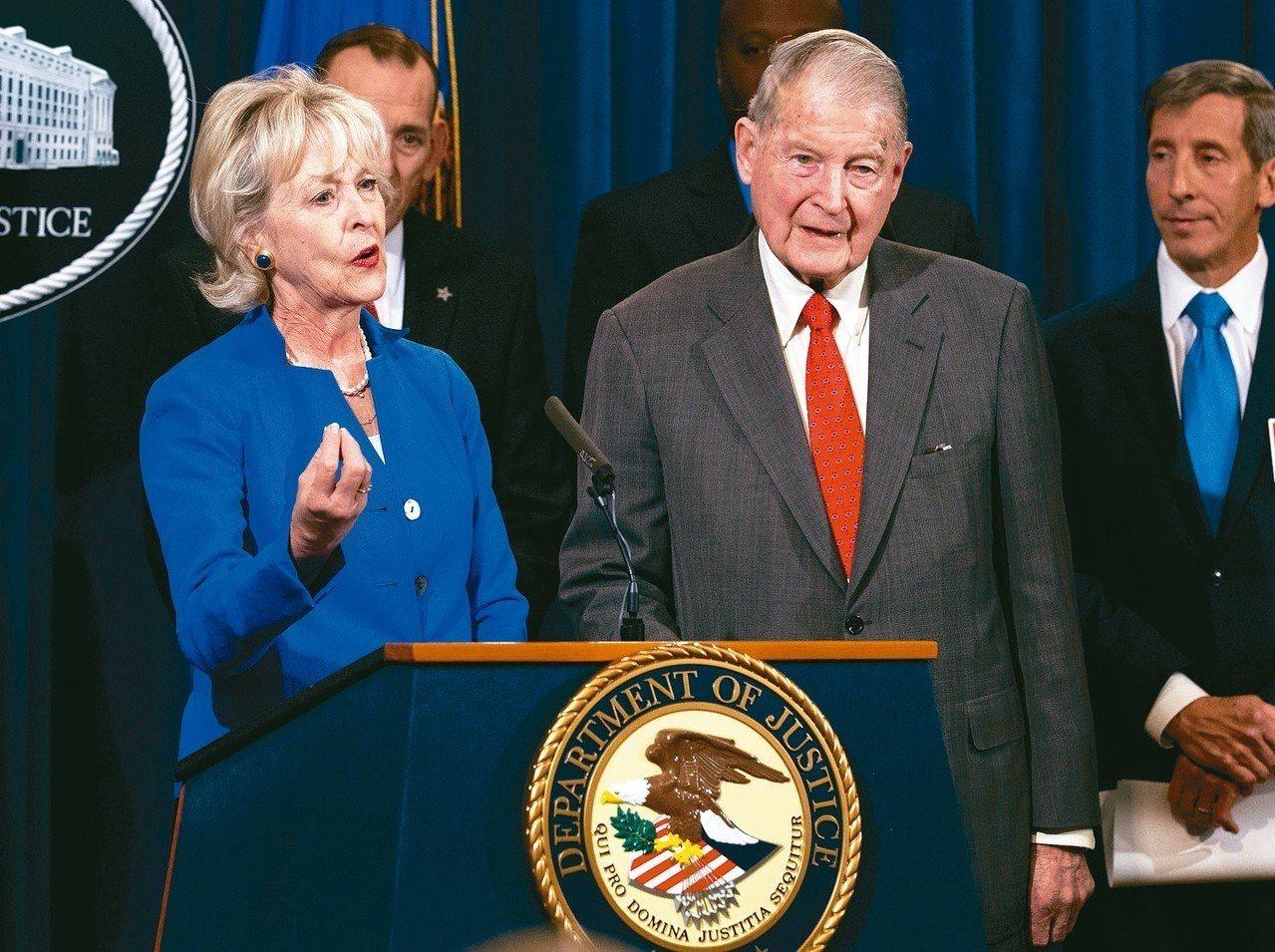 前聯調局長和中情局長韋柏斯特(前右)也曾接到過詐騙電話和詐騙電郵,左為韋柏斯特太...