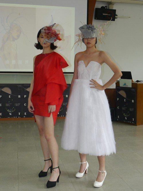 《積體限界》與台灣新銳服裝設計師吳日云合作,學生負責設計帽飾。 記者徐白櫻/攝影