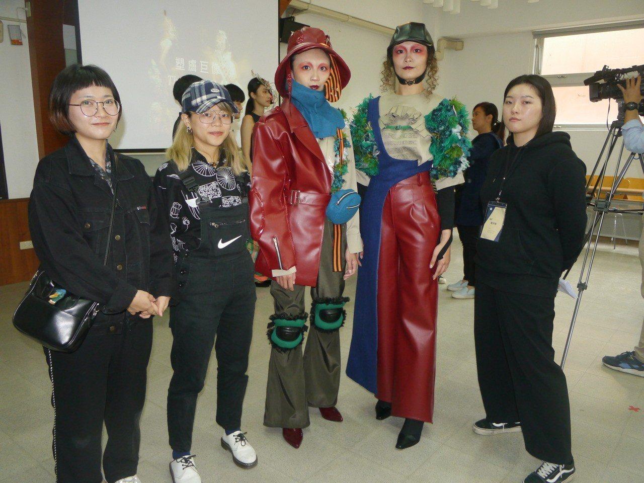 《隱系者名冊》,設計者為曾佩宸(右一)、林瑜庭(左一)、吳宛蓉(左二)。 記者徐...