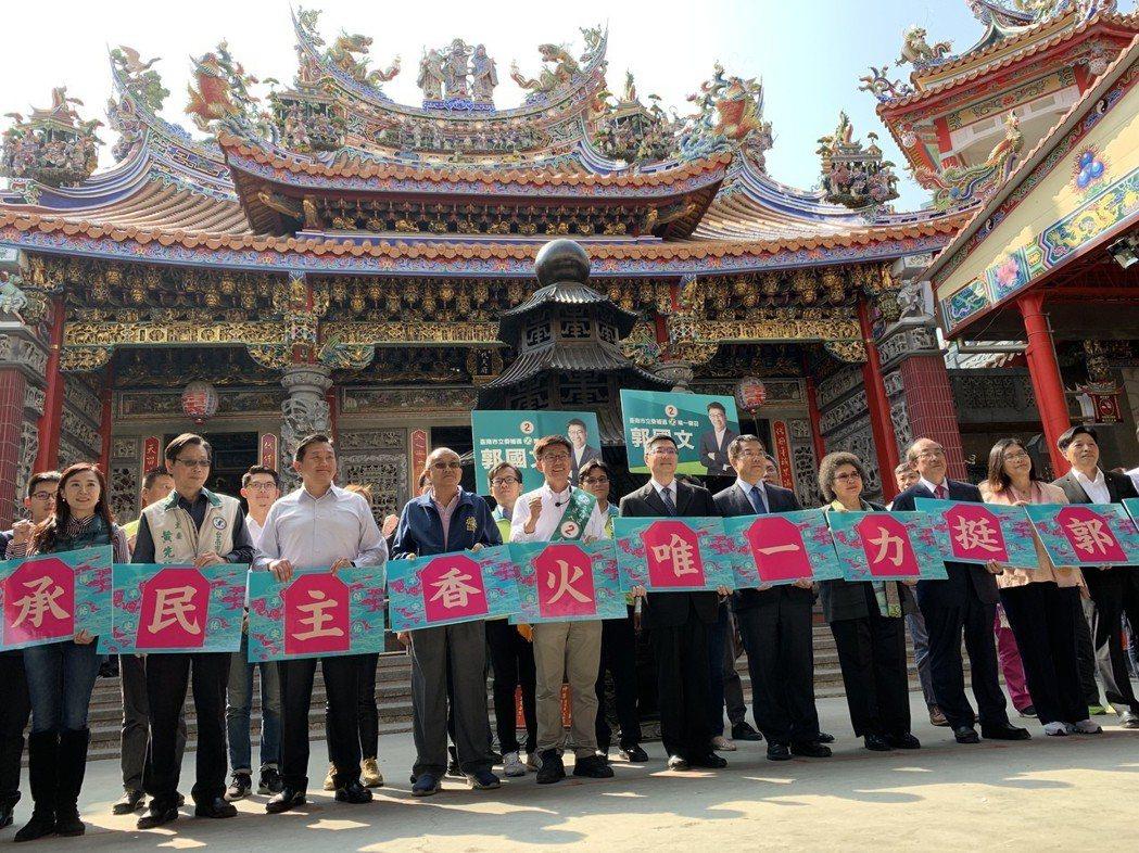 民進黨主席卓榮泰率領行動中常會到麻豆代天府召開。記者吳淑玲/攝影