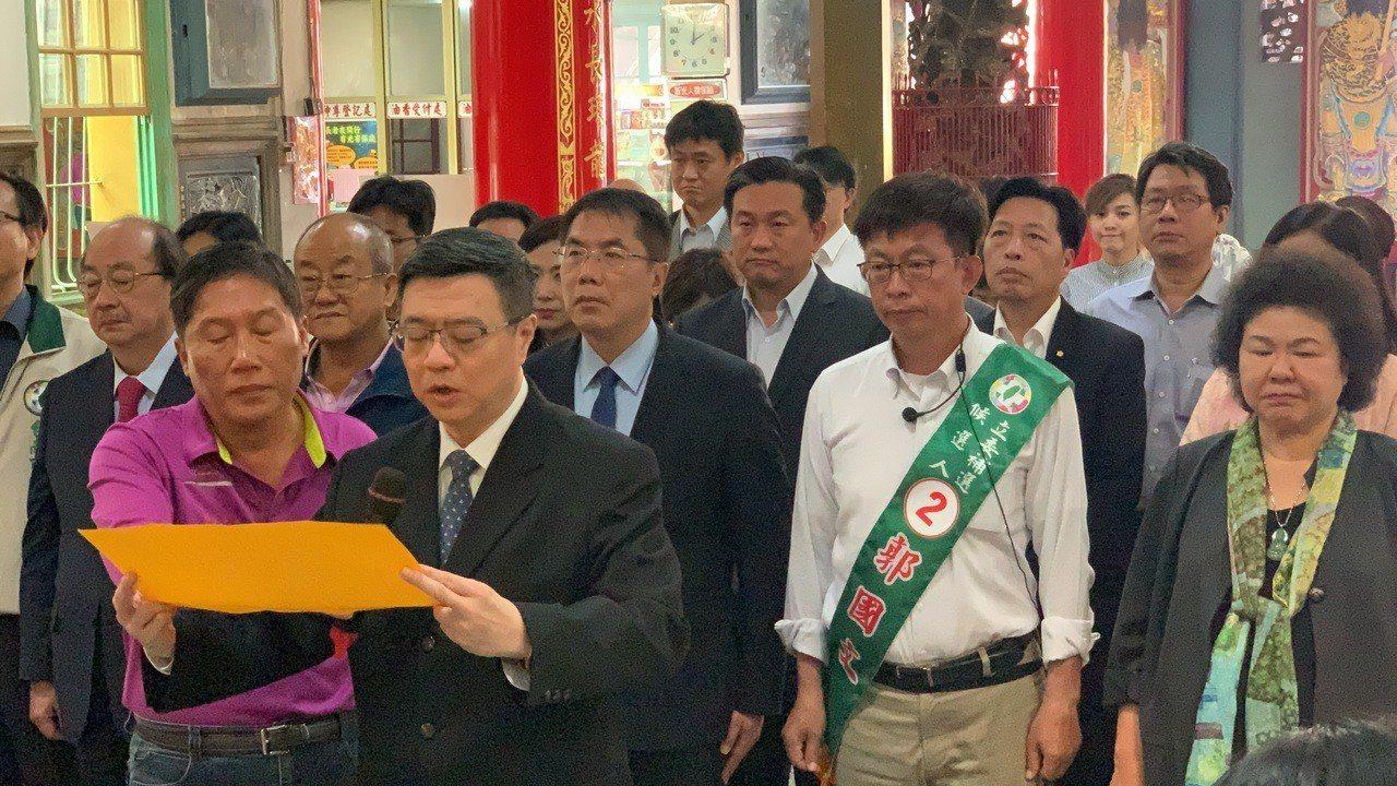 民進黨主席卓榮泰(前)率領中常委到麻豆代天府親上疏文。記者吳淑玲/攝影