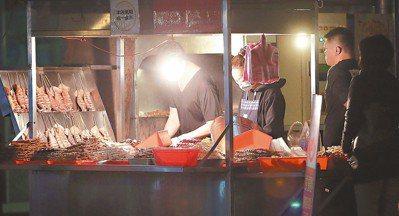 中和廟口燒烤,每到夜晚總會吸引排隊人潮。 記者侯永全/攝影
