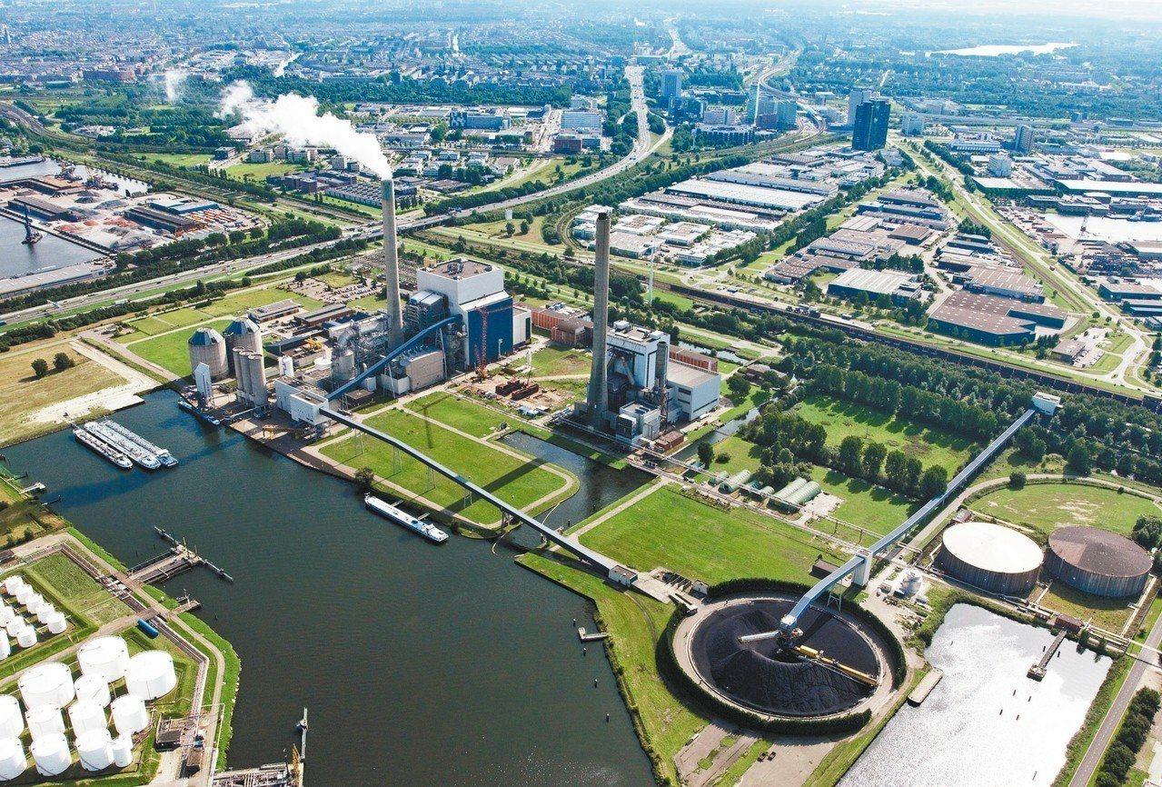 荷蘭Hemweg發電廠包含燃煤和燃氣兩個廠區。 圖/取自Vattenfall網站