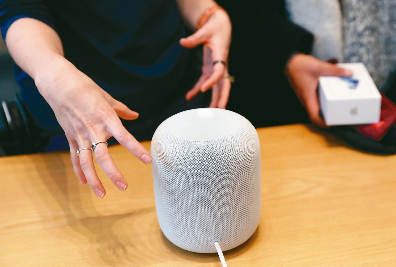 智慧音箱市場2018年呈現爆發性成長。圖為蘋果智慧音箱。 路透