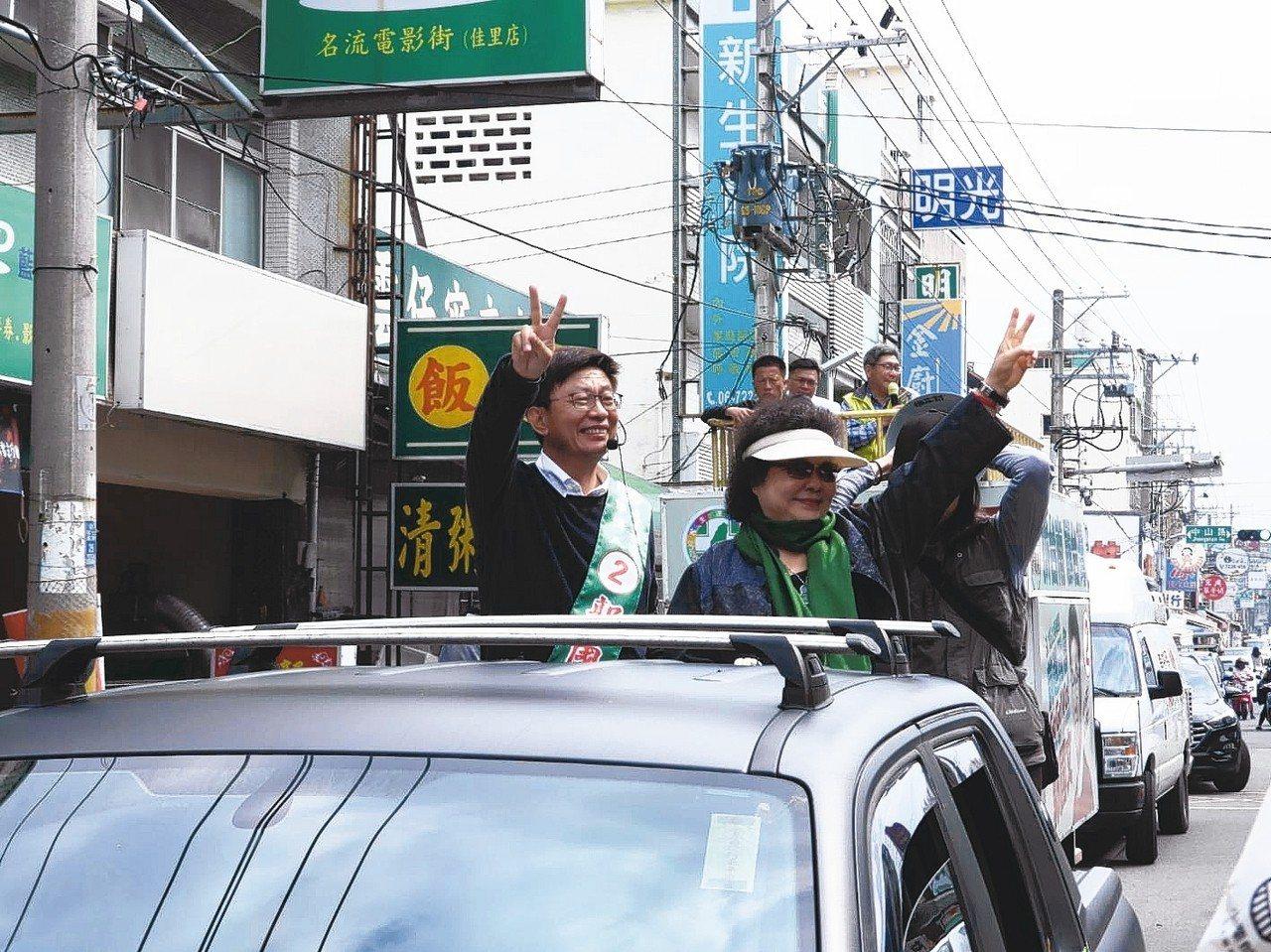 陳菊(右)今天陪同郭國文(左)遊街拜票。 記者周宗禎/攝影