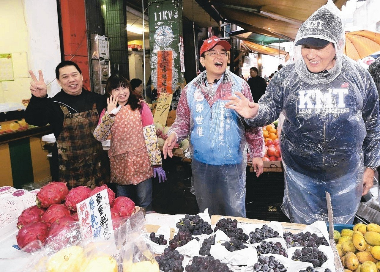 前總統馬英九(右)上午前往三重龍門市場,陪立委補選候選人鄭世維(右二)掃街,兩人...
