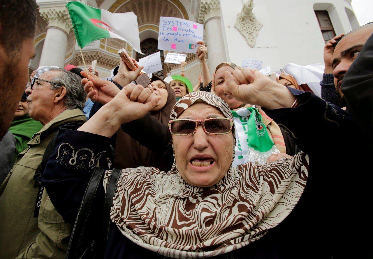 阿爾及利亞數十萬民眾今天上街示威,反對總統。 路透社