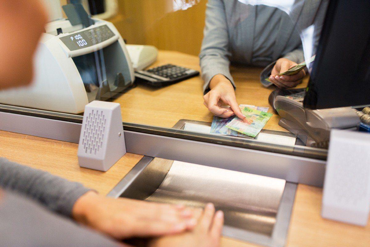 一名網友到銀行臨櫃存款,竟遭櫃員拒絕處理,被要求使用ATM存款。示意圖/ingi...