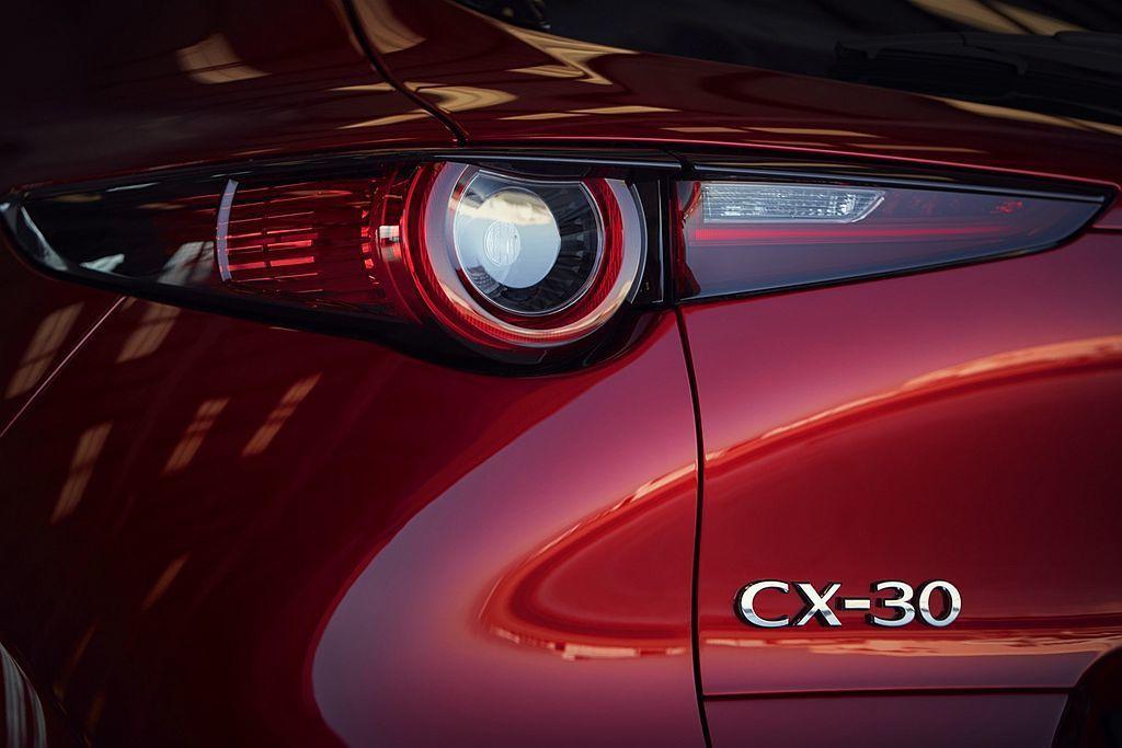 日內瓦車展現場媒體緊追Mazda原廠人員,期望獲得CX-30新命名模式的最佳解答...