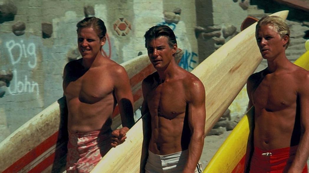 衝浪片「偉大的星期三」是詹麥可文生最知名的電影。圖/摘自imdb