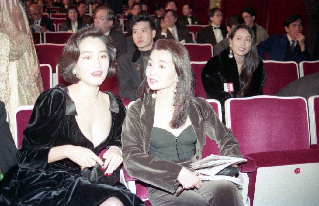 林青霞與張曼玉在金馬獎頒獎典禮坐在一起,不時交頭接耳聊天。圖/報系資料照片