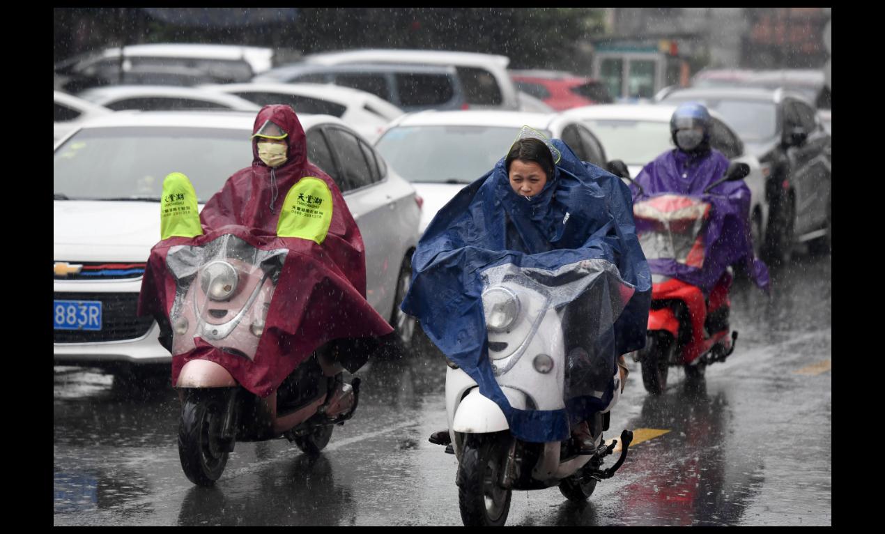中國氣象局局長劉雅鳴預估,今年大陸天氣恐呈現「南澇北旱」。圖為廣西南寧民眾3月8...