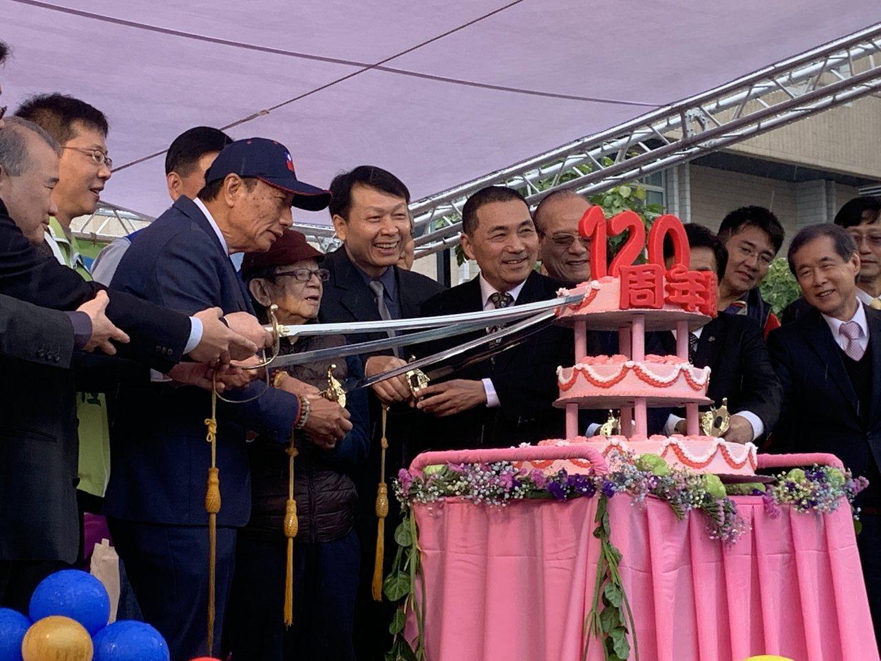 郭台銘(左三)與他六年一班班導陳耀宗(左四),時隔58年再見面。記者魏翊庭/攝影