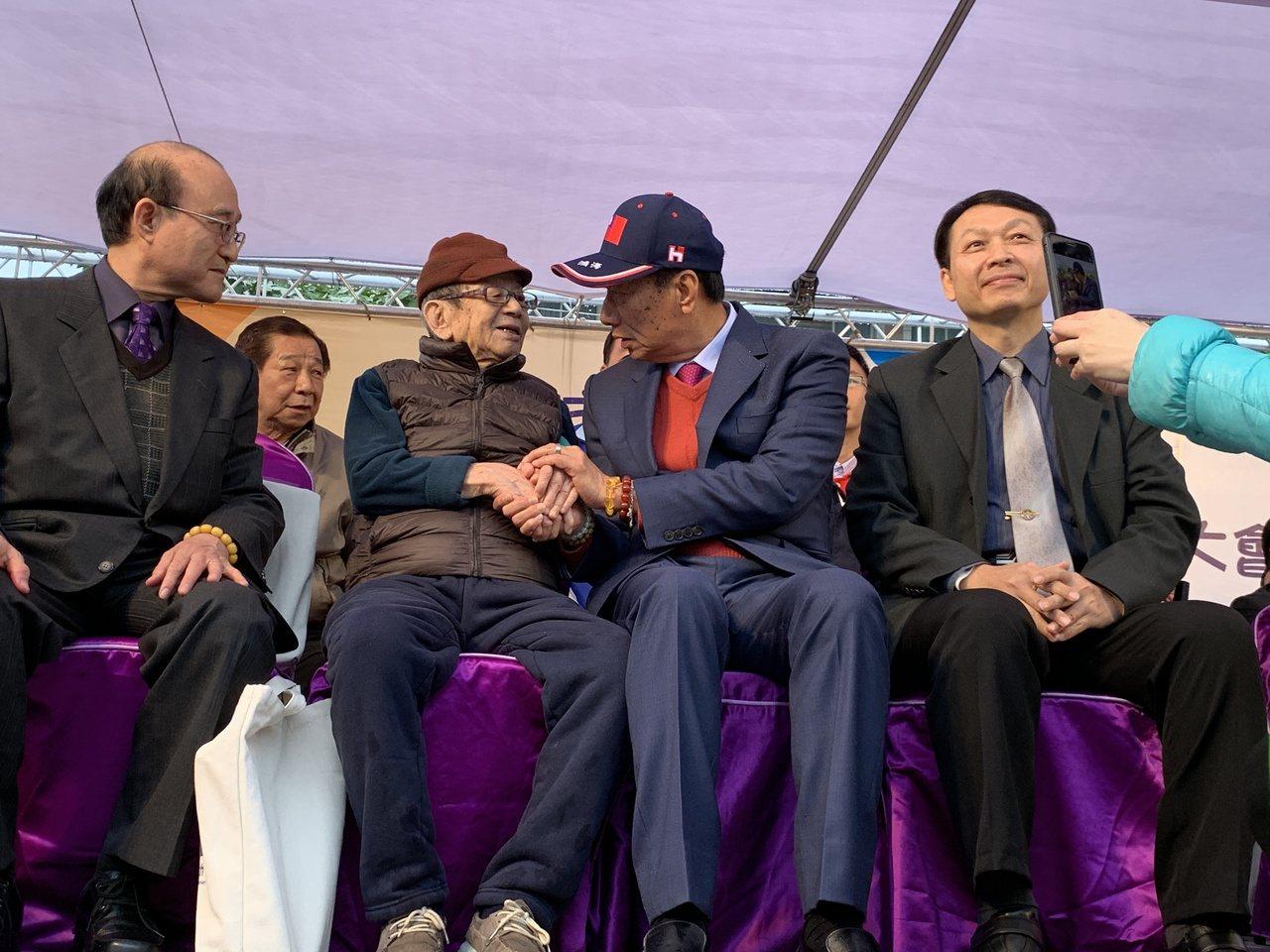 郭台銘(右二)與他六年一班班導陳耀宗(左二),時隔58年再見面。記者魏翊庭/攝影