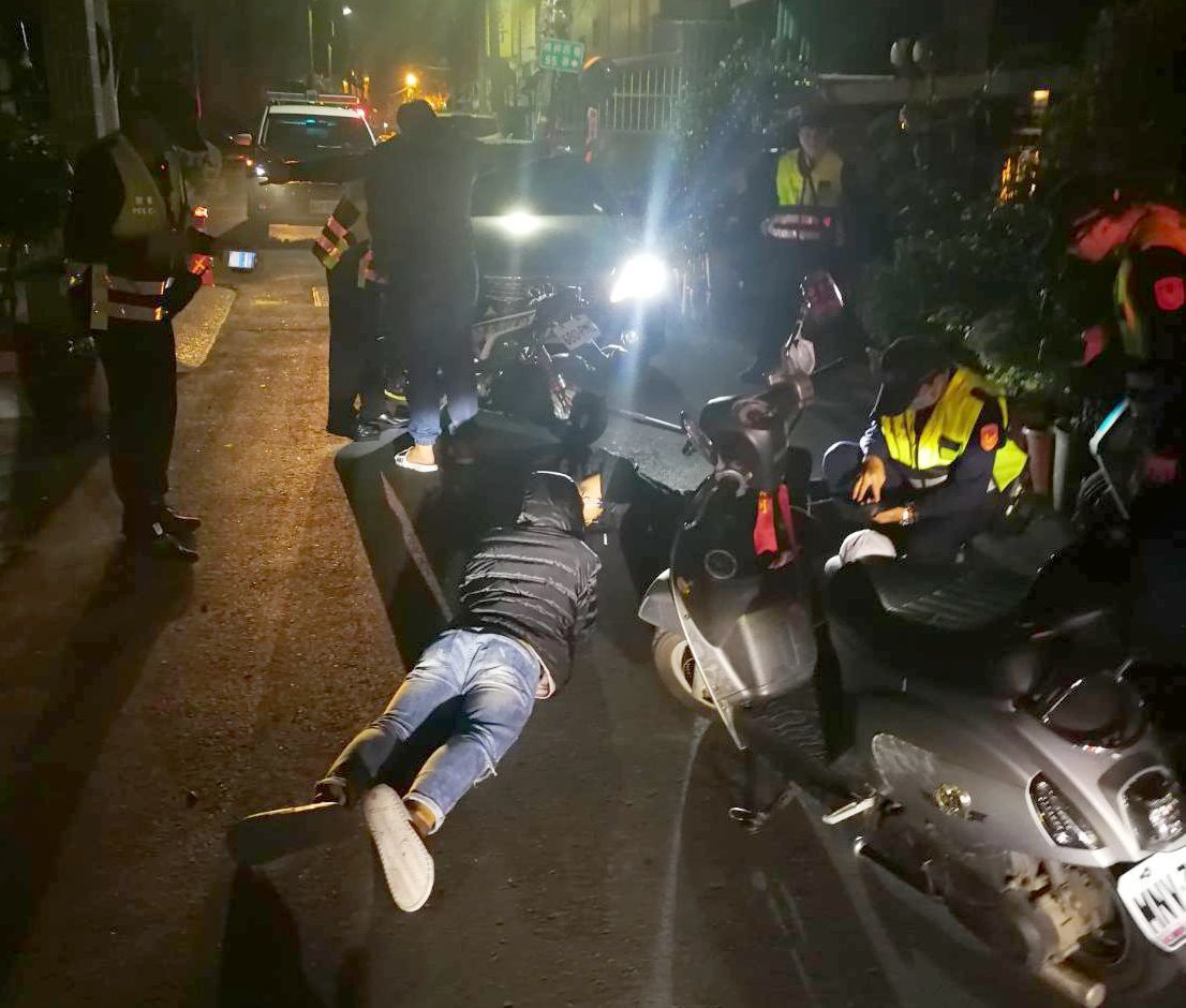 警方攔查到涉嫌滋事的青少年。記者林保光/翻攝
