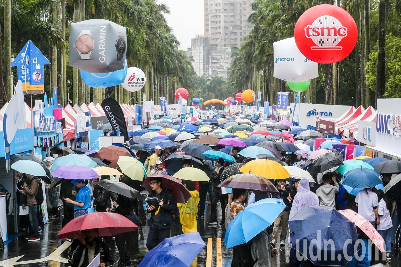 台大今天舉行校園企業徵才博覽會,現場有超過400個攤位。記者鄭清元/攝影