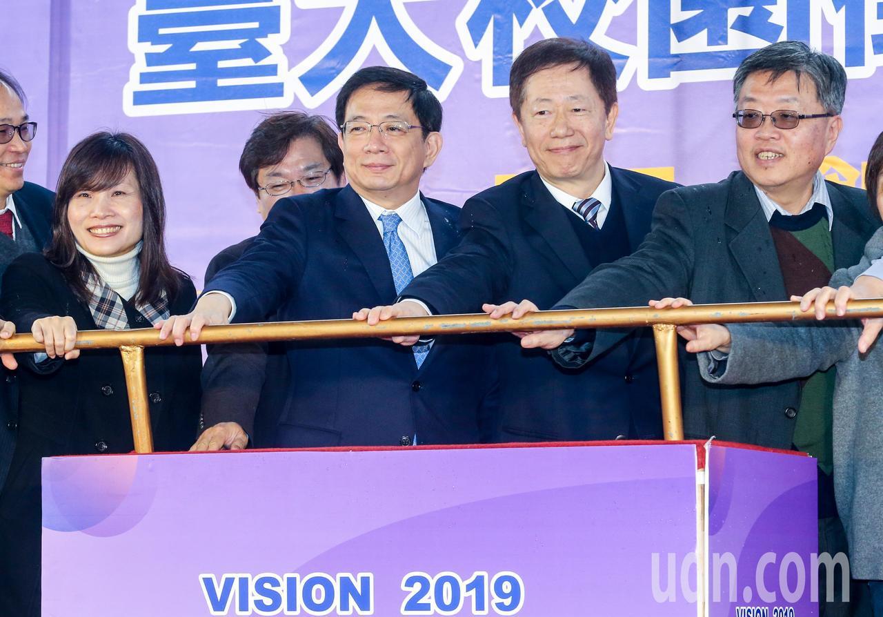 台大校長管中閔(左二)與台積電董事長劉德音(左三)一同出席博覽會開幕儀式。記者鄭...