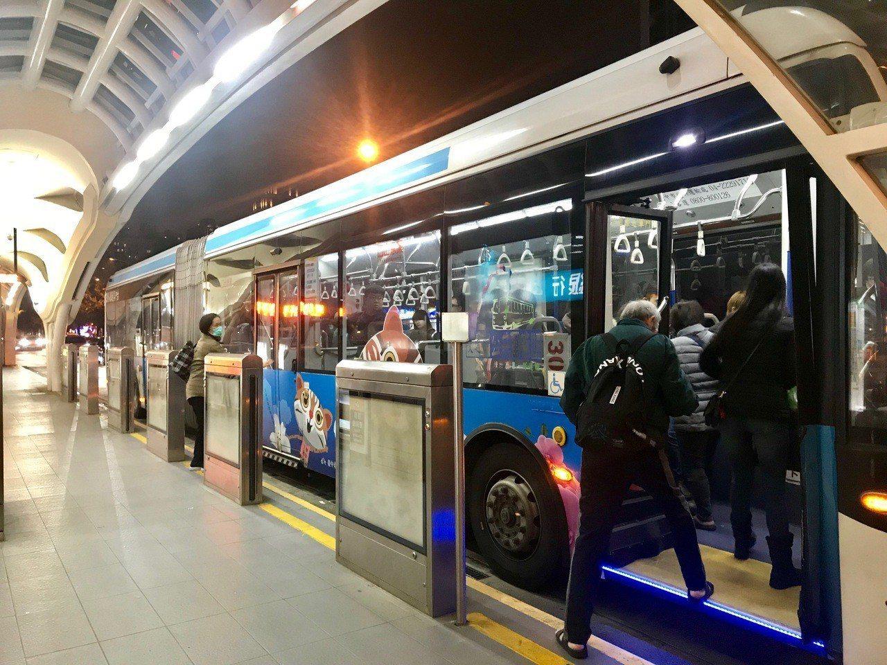 台中BRT爭議未息,機電標承包商今年1月,向市府要求給付尾款4500萬餘元,交通...