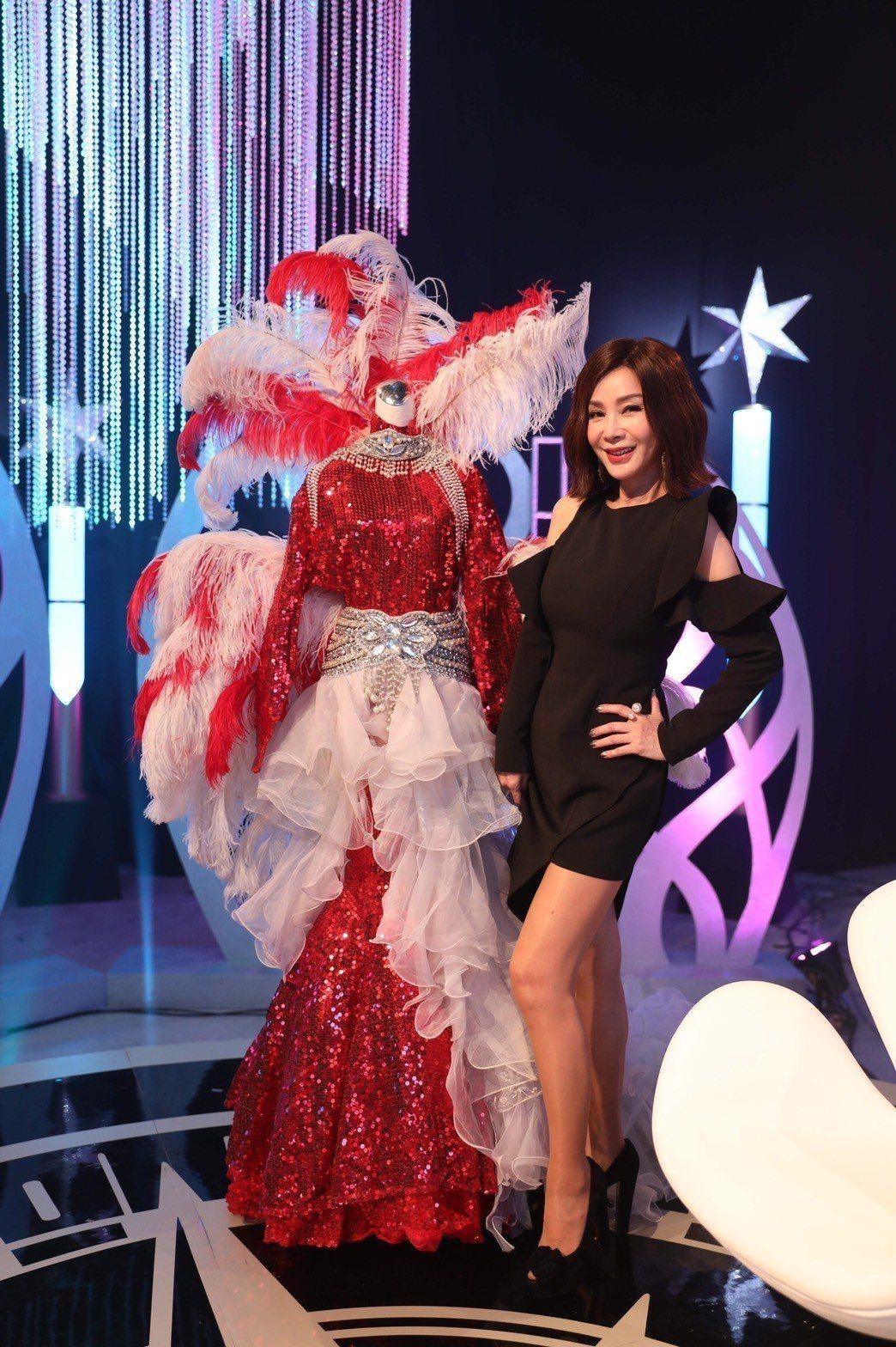 陳美鳳展示秀場服裝。圖/民視提供