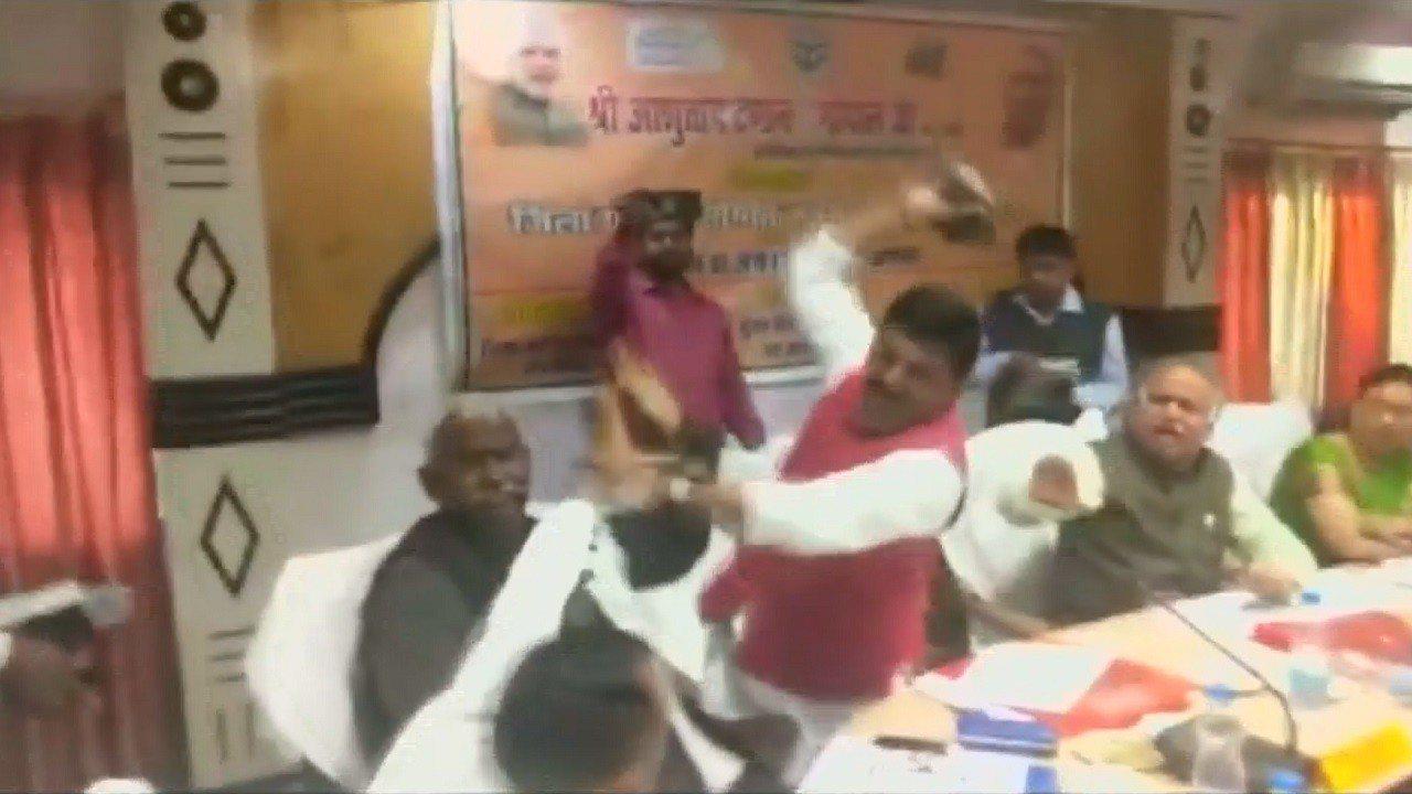 印度國會議員特里帕西6日在選區一場會議上,與同屬印度人民黨的北方邦議會議員巴格爾...