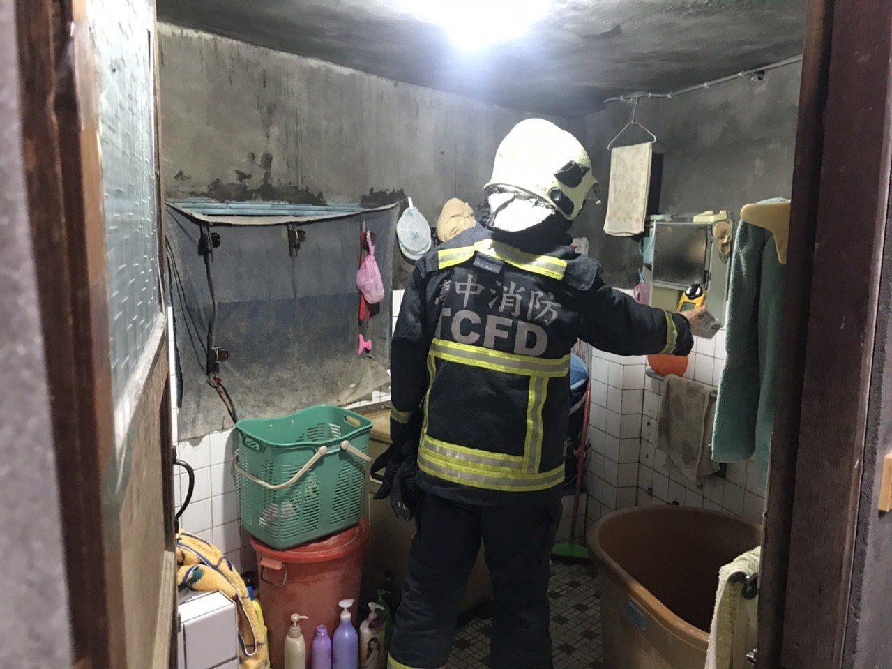 消防人員到陳女住家檢測一氧化碳濃度。記者余采瀅/翻攝