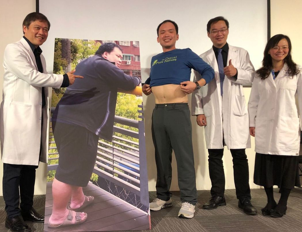 35歲黃昱霖(右三)減掉72公斤,與減重前的等比例人形立牌判若兩人。圖/中國附醫...