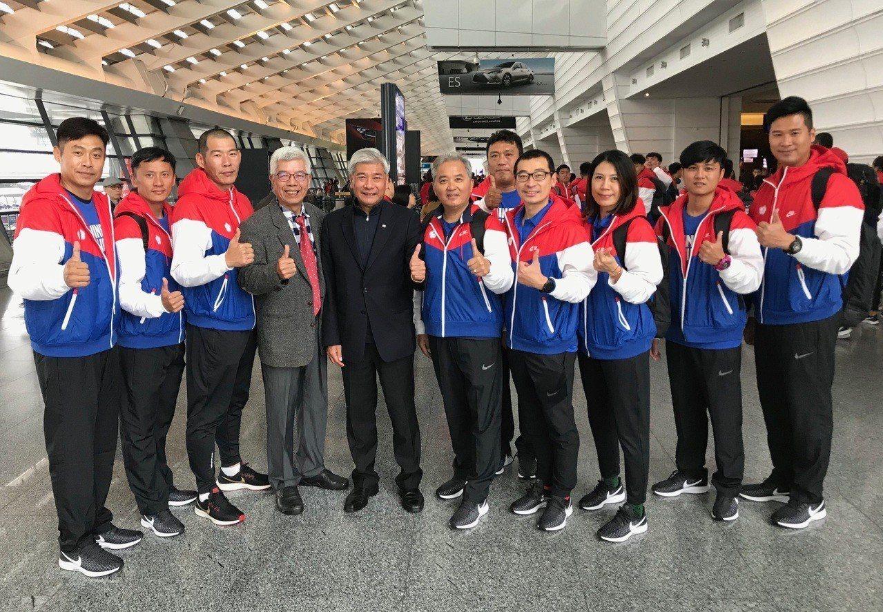 監事長林榮祿(左四)、秘書長王景成(左五)與亞青少賽中華隊教練團出發前充滿信心。...